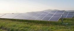 Pannelli solari illuminati dai raggi del sole